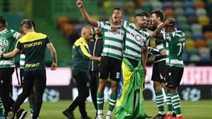 A festa da equipa do Sporting no relvado de Alvalade após a conquista do título nacional