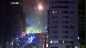 Fogo de artifício na Praça do Saldanha em Lisboa à passagem pela comitiva do Sporting