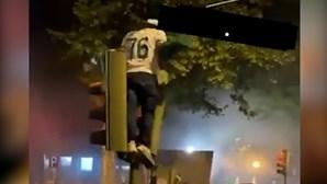 Adepto destrói semáforo durante festejos do título do Sporting e sofre queda aparatosa. Veja as imagens