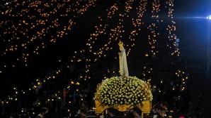 Santuário de Fátima ilumina-se durante Procissão das Velas. Veja as imagens