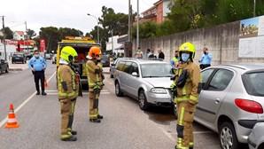 Homem morre ao volante e embate contra carros estacionados