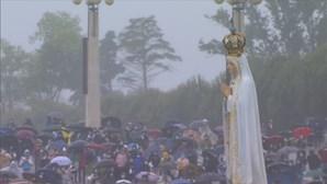 Fiéis despedem-se de Nossa Senhora no recinto do Santuário de Fátima