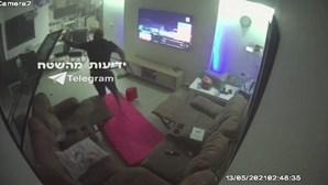 Câmara de vigilância capta momento em que edifício em Israel é atingido por 'rocket' de Gaza