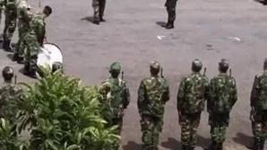 Militares cantam músicas do Sporting para festejar campeonato