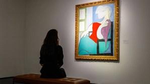 """""""Mulher sentada junto a uma janela"""" de Pablo Picasso vendida em leilão por 85 milhões de euros"""
