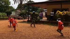 Militares portugueses oferecem camisolas do Benfica na República Centro-Africana