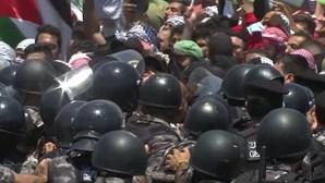 Polícia da Jordânia impede multidão pró-Palestina de cruzar fronteira com a Cisjordânia