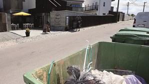 Quartos para turistas com vista para o lixo na Aldeia do Meco