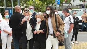 Lágrimas, dor e roupa branca: centenas de pessoas no último adeus a Maria João Abreu