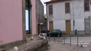 Bebé de quatro meses trancada dentro de carro no Porto