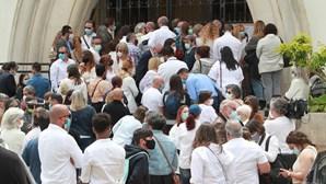 Rostos da TV e teatro homenageiam amiga vestidos de branco: As imagens do último adeus a Maria João Abreu