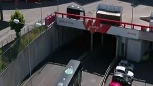 Autocarro do Sporting na Luz. Polícia já teve que dispersar adeptos do Benfica