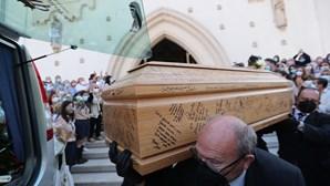 Dia de emoções: aplausos e lágrimas na hora da despedida a Maria João Abreu