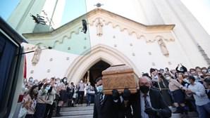 Aplausos e lágrimas na última despedida a Maria João Abreu