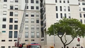 Incêndio deflagra em apartamento no Alto dos Moinhos, em Benfica