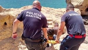 Homem ferido ao cair nas rochas em Lagoa
