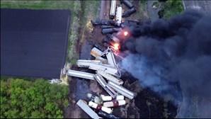 Imagens de drone mostram carruagens destruídas e em chamas após descarrilamento de comboio nos EUA