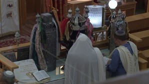Israelitas rezam em sinagoga atingida por 'rocket'