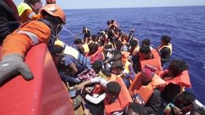 Navio alemão resgata mais de 400 migrantes no mar Mediterrâneo