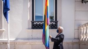 Costa hasteia bandeira arco-íris em São Bento para assinalar dia contra homofobia