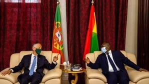 Marcelo Rebelo de Sousa condecorado pelo presidente da Guiné-Bissau