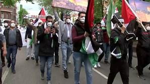 Multidão pró-Palestina marcha pacificamente em Berlim contra a violência em Israel