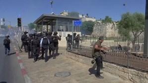 Palestinianos e polícia israelita envolvem-se em confrontos no Portão de Damasco em Jerusalém