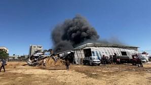 Ataque israelita provoca incêndio numa fábrica em Gaza