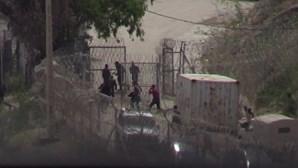 O momento em que polícia marroquina deixa migrantes passarem a fronteira
