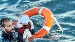Bebé é salvo por polícia no mar de Ceuta e momento fica registado. Veja a imagem