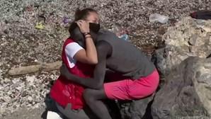 Abraço entre migrante e voluntária da Cruz Vermelha em Ceuta está a emocionar a Internet