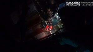 Força Aérea resgata doente a bordo de navio. Veja as imagens