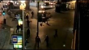 Adeptos ingleses envolvem-se em confrontos e lançam caos no Porto. PSP foi obrigada a intervir