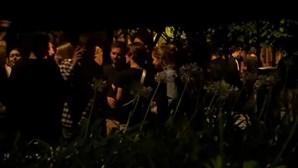 Festa ilegal em Lisboa junta multidão no Príncipe Real sem máscara ou distanciamento e com álcool na rua