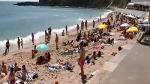 Praia do Estoril cheia de banhistas. Distanciamento não é cumprido