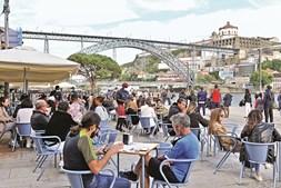 Esplanadas cheias na Ribeira, no Porto