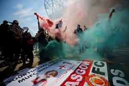 Adeptos do Manchester United invadem relvado de Old Trafford