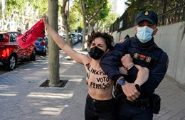Ativistas protestaram em frente ao local onde o candidato do partido de extrema-direita Vox deverá votar