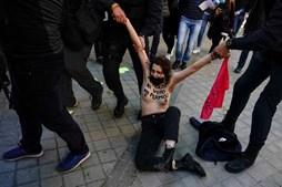 tivistas protestaram em frente ao local onde o candidato do partido de extrema-direita Vox deverá votar