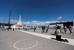 Recinto de oração vai ter a lotação limitada a 7500 fiéis, durante a Peregrinação de 12 e 13 de maio, que ficarão limitados aos círculos desenhados no alcatrão