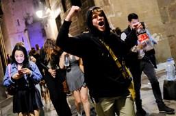 Espanhóis dançam e gritam 'liberdade' nas ruas após fim de recolher obrigatório devido à Covid-19