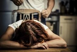 Vítima entrou em depressão face a décadas de abusos físicos e verbais. Chegou a ir a consulta coberta de sangue na cara.