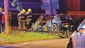 Carro no qual seguiam os quatro amigos ficou totalmente destruído
