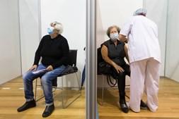 Mais de 2,56 milhões de pessoas em Portugal já receberam pelo menos uma dose da vacina