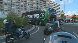 Autocarro do Sporting sai de Alvalade a caminho de Alcochete