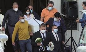 Pais e tios do pequeno Tomás carregam o caixão branco, à saída da Igreja de Lomar, em Braga
