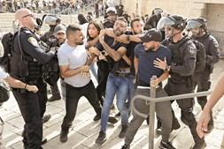A polícia de Israel e palestinianos envolveram-se em confrontos