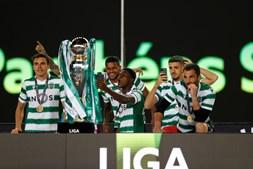 Sporting recebe o troféu de campeão no relvado de Alvalade