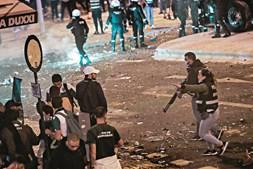Milhares de adeptos leoninos reuniram-se nas imediações do Estádio José Alvalade, mas foi necessária a intervenção da polícia para travar alguns excessos que deixaram algumas pessoas feridas