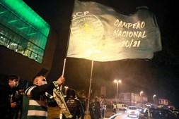 Adeptos fazem a festa da conquista do título do Sporting na rotunda da Boavista, no Porto.
